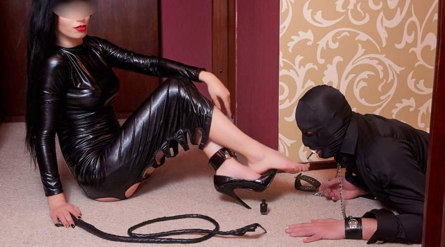 Mistress di Campobasso cerca slave per adorazione piedi