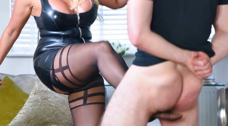 Ballbusting, mistress di Firenze cerca slave per calci nelle palle