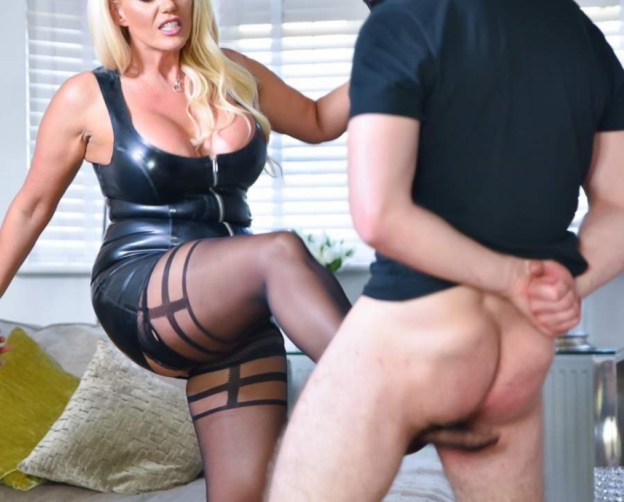 Mistress amante del ballbusting incontra slave a l'Aquila