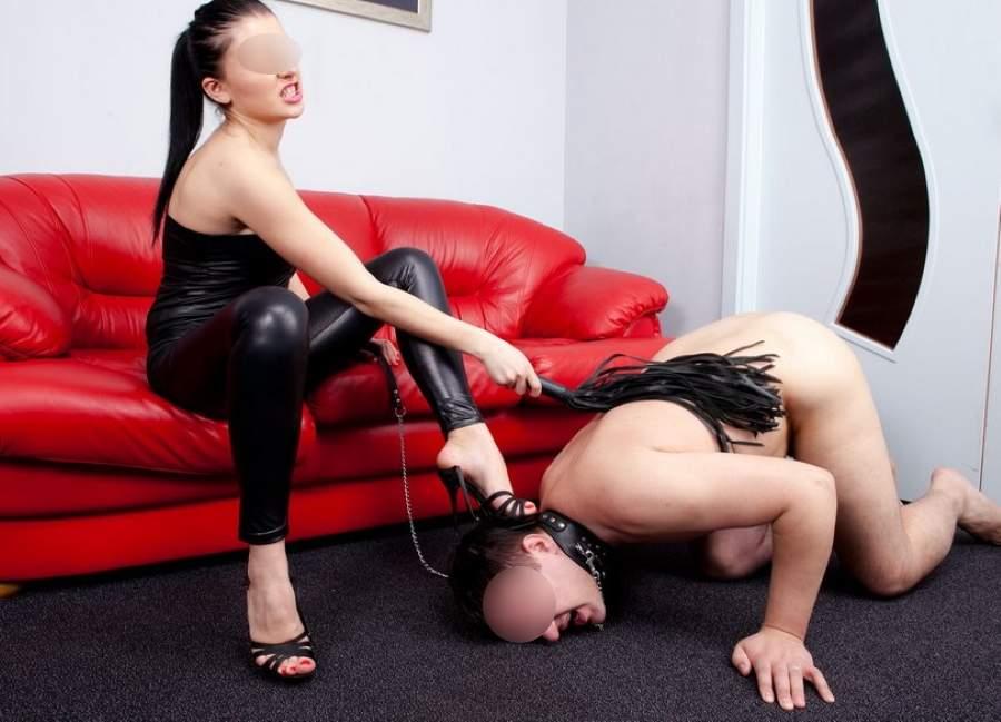 Bella mistress amante guinzaglio e frustino incontra slave a Campobasso